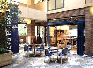 スラッシュカフェ中庭